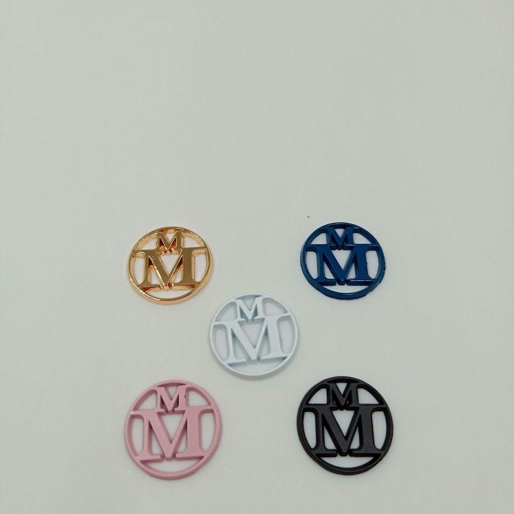 欧美帽子通用金属标牌、双M帽子标牌、电镀喷漆字母标牌、帽徽
