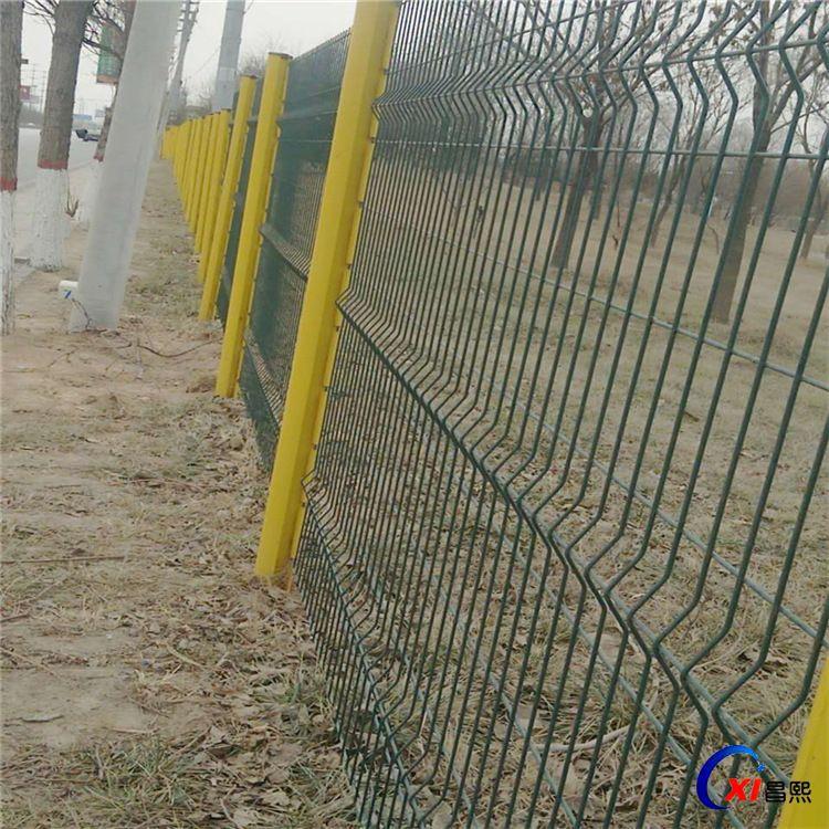 道路折弯护栏网 昌熙供应优质桃型柱护栏 铁丝围栏网多少钱一米
