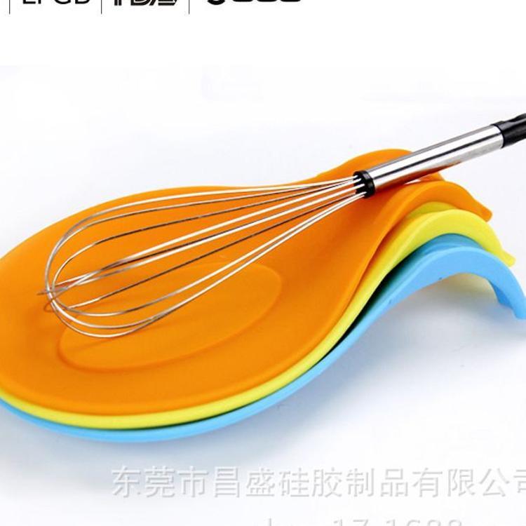 厂家直接供应精致小巧厨房创意产品硅胶勺托硅胶搁勺器高温餐托