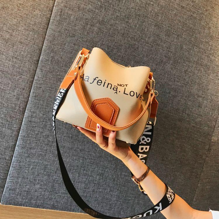 包包女2018夏天新款港风宽肩带水桶包韩版撞色字母单肩斜垮小包