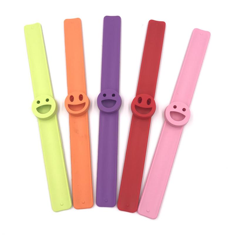可爱笑脸硅胶手环啪啪圈 儿童无毒硅胶驱蚊手环拍拍手腕带订制批