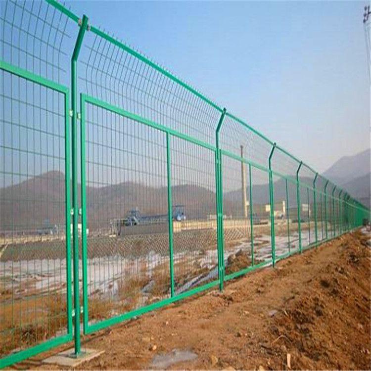 【足球场护栏网】体育场围栏球场围网钢筋围栏学校社区体育场定制