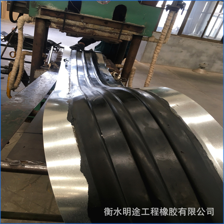 钢边橡胶止水带变形缝中孔式钢边止水带中平型钢边止水带厂家直销