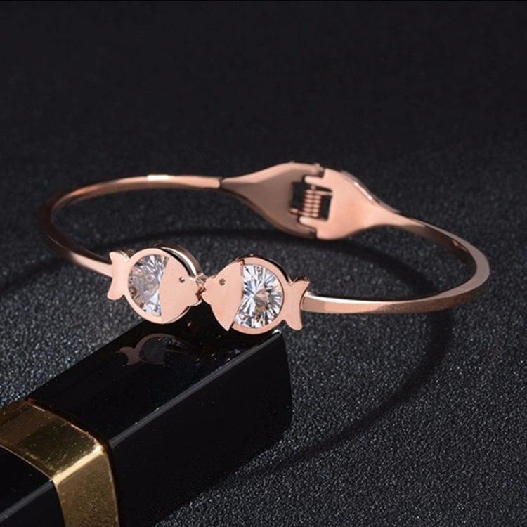 新款女士镶钻亲嘴鱼手镯 钛钢不掉色玫瑰金时尚开口手环饰品批发