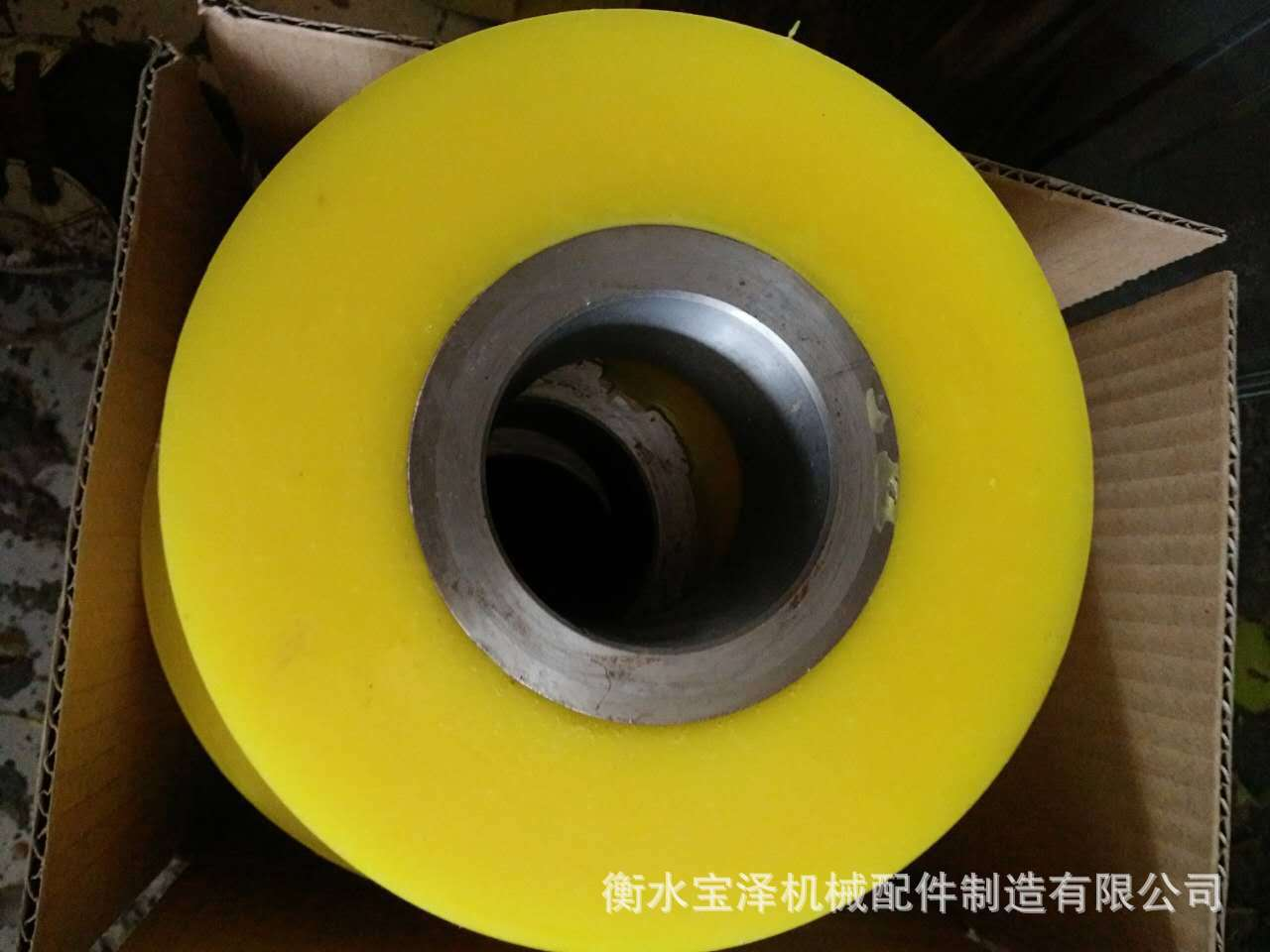 专业生产输送滚轮包胶轮金属轴承包胶轮双轴万向脚轮聚氨酯包胶轮